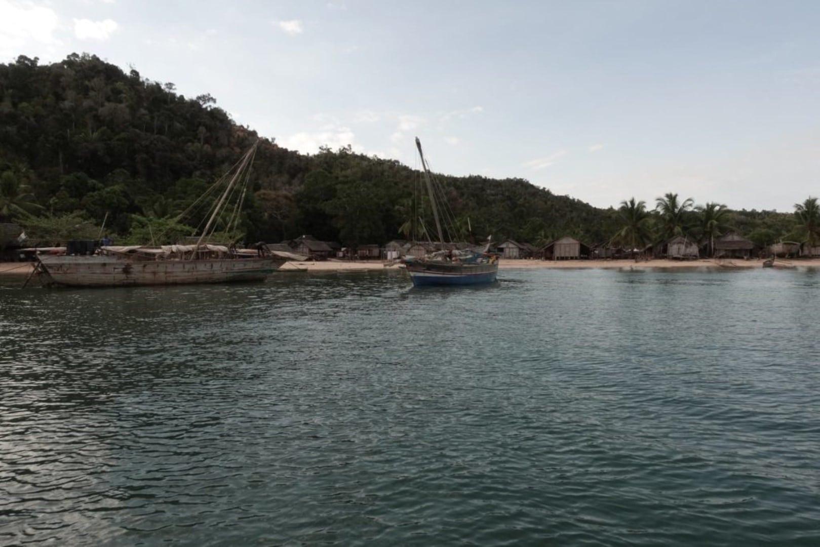 Boutres sur la baie d'Ambalia